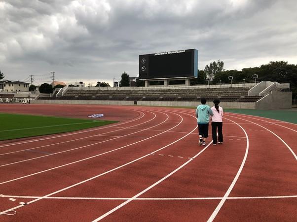 広いスタジアムで散歩を楽しむ2人の様子